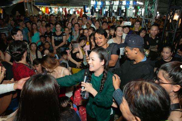 Fan vây quanh nữ ca sĩ.