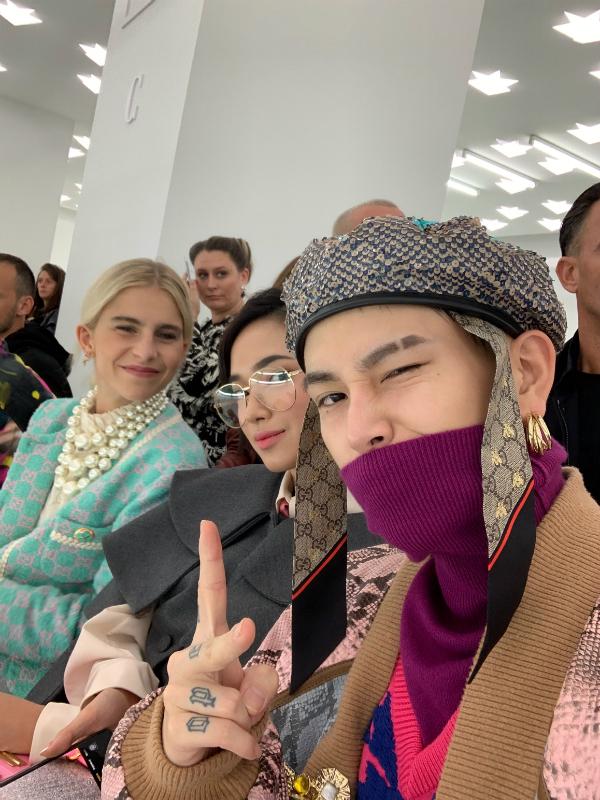 Cặp đôi ngồi hàng ghế đầu, bên cạnh người mẫu, fashion blogger nổi tiếng thế giới Caroline Daur.
