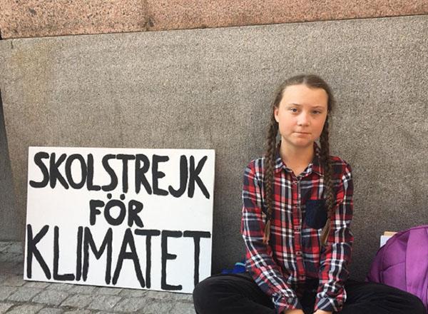Thunbergđến tòa nhà Quốc hội Thụy Điển tham gia vào cuộc biểu tình nhằm đề nghị chính phủ phải giảm lượng khí thải carbon.
