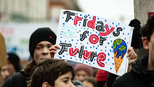 Phong trào 'Ngày thứ Sáu của Tương lai - Fridays for the Future' do Thunberg khởi xướng nhằm kêu gọi chính quyền có tác động quyết liệt hơn đến biến đổi khí hậu.