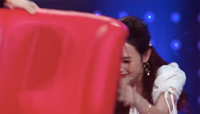 Midu trốn sau ghế nóng vì không dám nhìn lên sân khấu, bởi cô đã đoán sai.