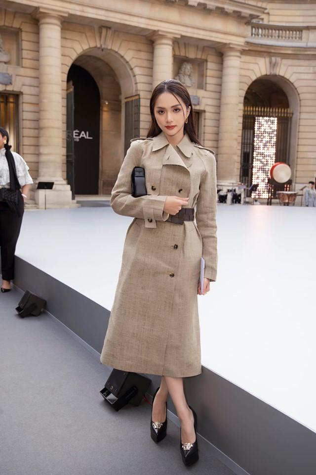 Chẳng cần hở bạo, HH Hương Giang vẫn thu hút vô cùng khi hội ngộ 'ma nữ đẹp nhất Thái Lan' tại Tuần lễ thời trang Paris 0