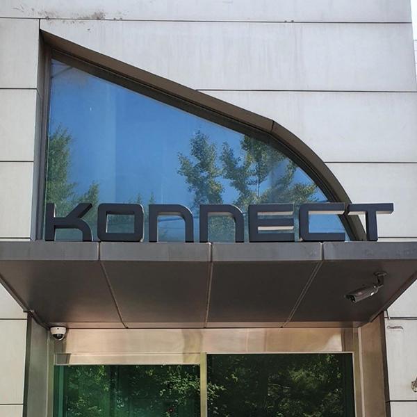 Vừa mới kết thúc vụ kiện với LM Entertainment, Kang Daniel đã tức tốc treo logo 'siêu to khổng lồ' cho công ty mới 0