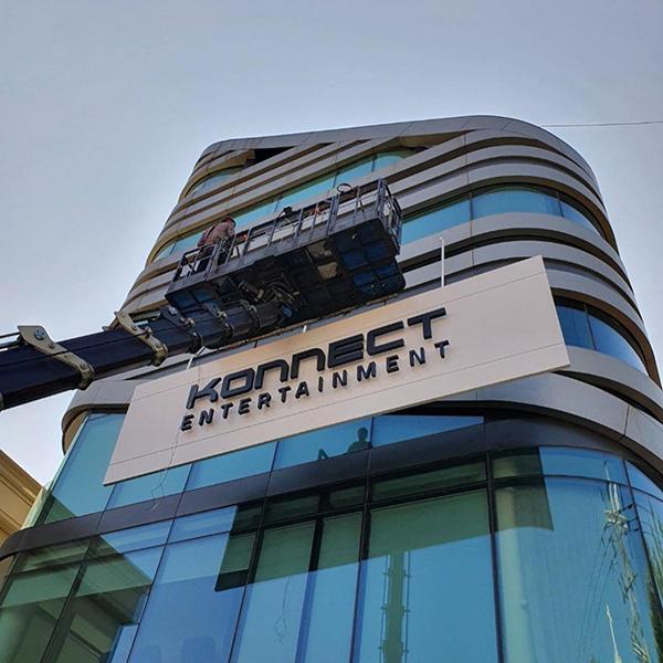 Vừa mới kết thúc vụ kiện với LM Entertainment, Kang Daniel đã tức tốc treo logo 'siêu to khổng lồ' cho công ty mới 1
