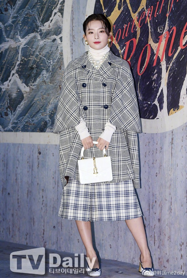Bỏ qua vấn đề kiểu tóc và quần áo, thần thái của Seulgi vẫn rất ổn.