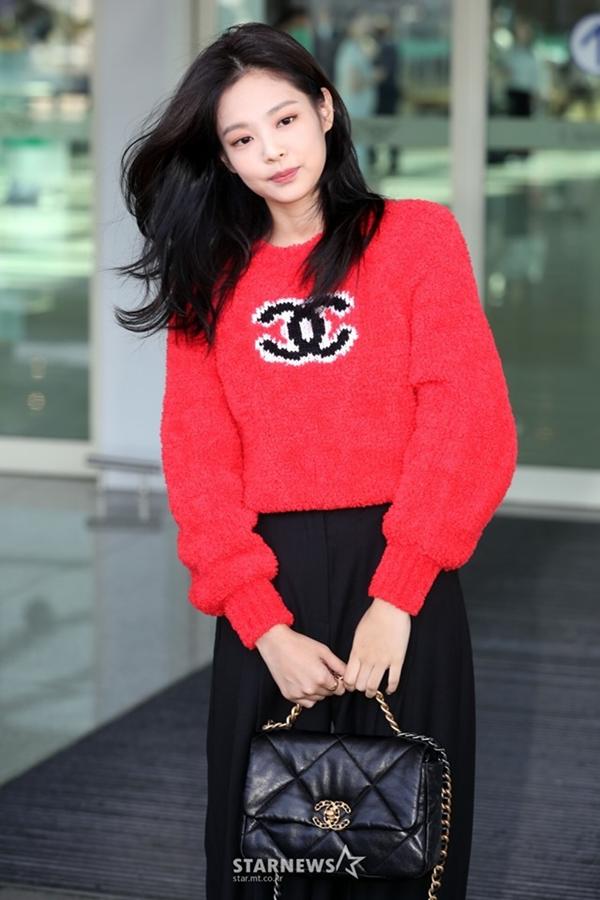 Mới đây, khi xuất hiện tại sân bay khởi hành sang Pháp tham dựtuần lễ thời trang Paris,Jennie chọn cho mình chiếc áo len đỏ của Chanel.