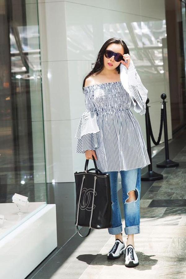 Trên thực tế, nổi tiếng là chăm diện hàng hiệu nhưng do cách phối đồ cầu kỳ, rườm rà cùng thân hình không chuẩn nên Phượng Chanel thường xuyên bị chê bai vì gu ăn mặc.