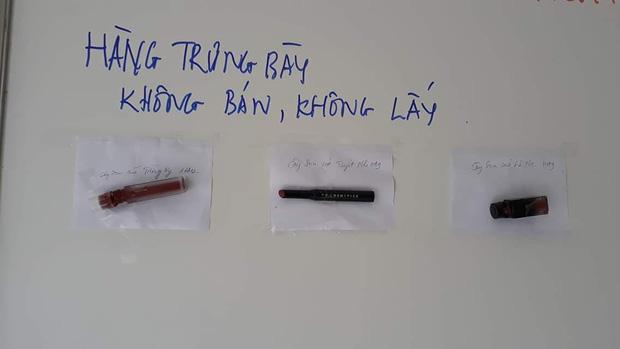 Thầy giáo trưng bày những thỏi son tịch thu của học sinh kèm lời nhắn dễ thương: 'Hàng trưng bày không bán, không lấy'. (Ảnh: Trần Kiên)