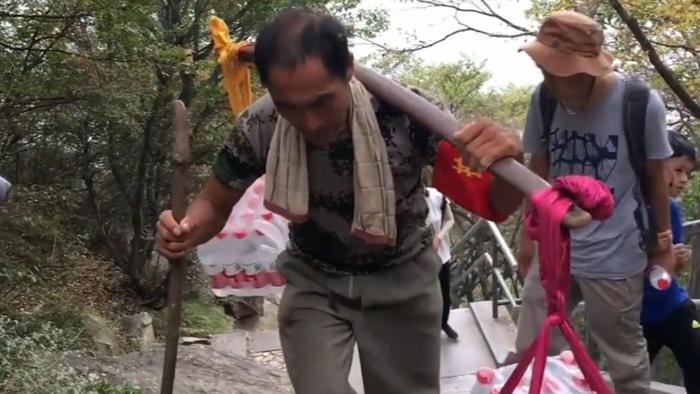 Người cha gánh nước leo 18.000 bậc thang một ngày kiếm tiền nuôi con gái học Đại học 0