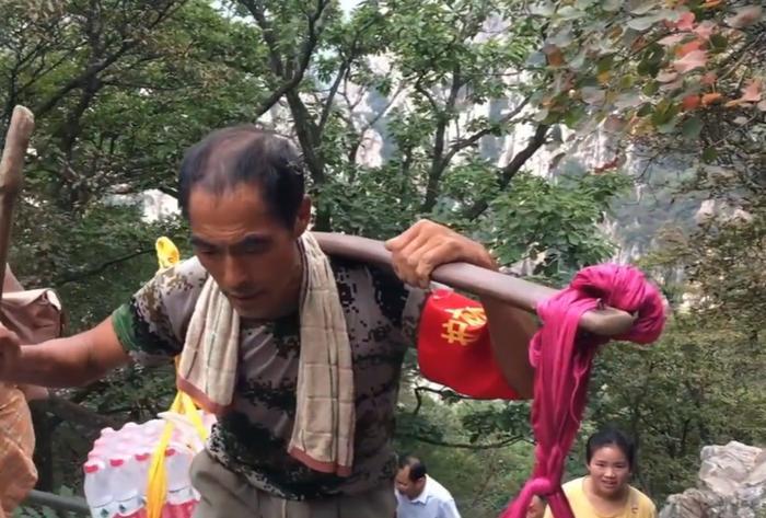 Người cha gánh nước leo 18.000 bậc thang một ngày kiếm tiền nuôi con gái học Đại học 2
