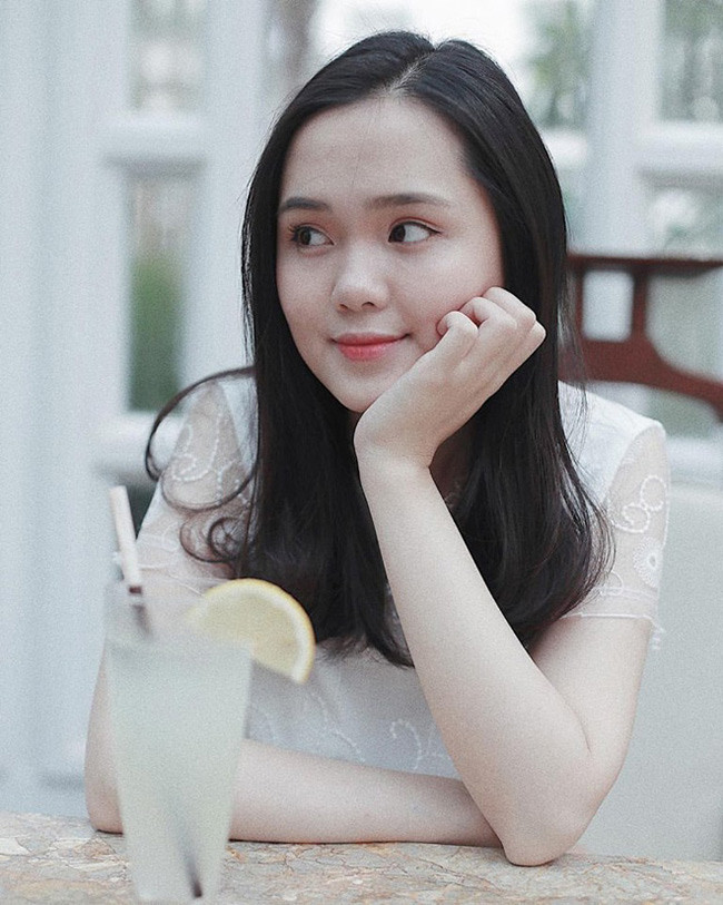 Quỳnh Anh xinh đẹp không kém gìJenna Vivian. Nếu nàng WAGs 'hot' nhất Malaysia theo đuổi phong cách gợi cảm thì bạn gái của Duy Mạnh lại theo đuổi sự nữ tính, ngọt ngào.