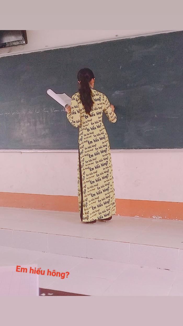 Áo dài với họa tiết 'Em hiểu hông?' Ảnh: Châu Phúc Duy/ Group Trường Người Ta