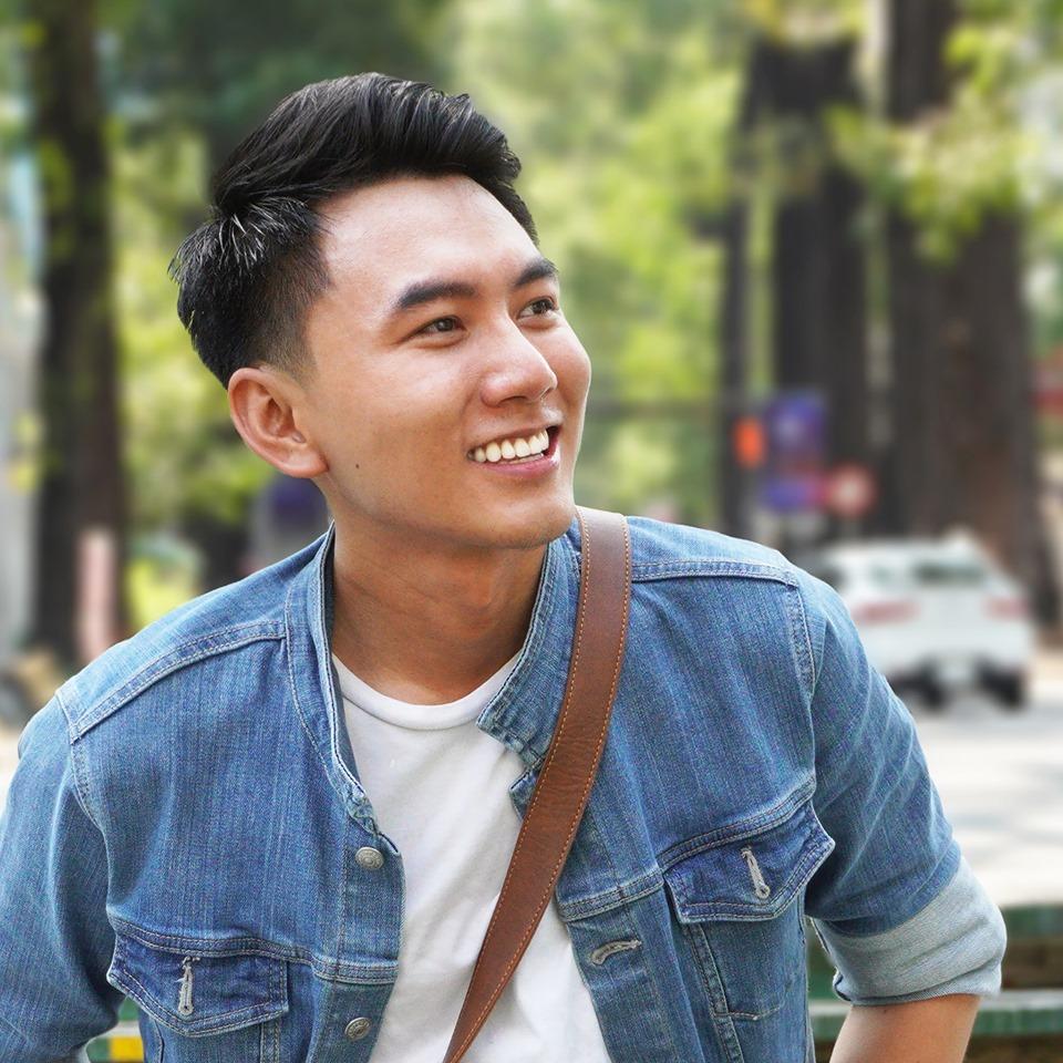 Khoai Lang Thangvới nụ cười tỏa nắng thường nhật trên môi.