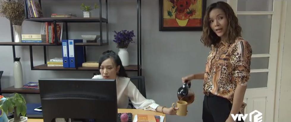 Mở đầu tập 37 'Những nhân viên gương mẫu', Nguyệt lấy cớ buồn ngủ để chủ động phatrà cho cả phòng cùng uống. Khi Chi (Kim Oanh)nhờ Nguyệt rót hộ cốc trà, phó phòng nội dung liền nảy ra ý định đổ nước sôi vào tay đồng nghiệp