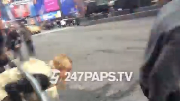 Justin Bieber tháo chạy paparazzi, để mặc vợ mới cưới Hailey Baldwin ngã sóng soài phía sau 3