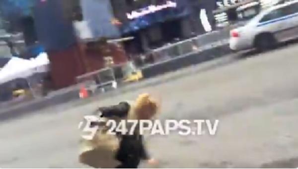 Trong khi đó, Hailey Baldwin bị 'vồ ếch' ngay giữa phố đôn người.