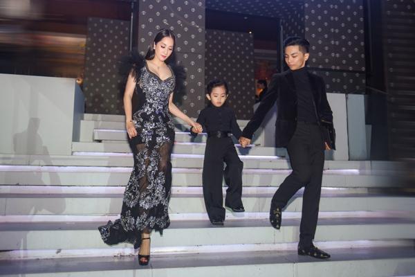 Gia đình Khánh Thi – Phan Hiển mặc ton sur ton dự sự kiện