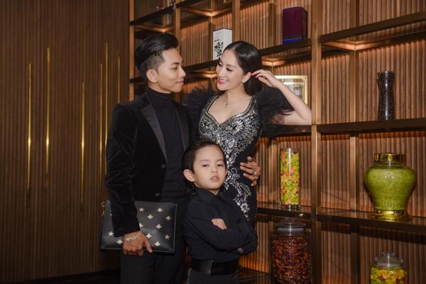 Mặc kệ bố mẹ tình cảm, con trai Khánh Thi - Phan Hiển vẫn mải mê tạo dáng thần sầu 1