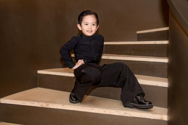 Mặc kệ bố mẹ tình cảm, con trai Khánh Thi - Phan Hiển vẫn mải mê tạo dáng thần sầu 4