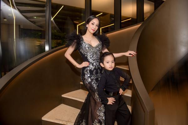 Mặc kệ bố mẹ tình cảm, con trai Khánh Thi - Phan Hiển vẫn mải mê tạo dáng thần sầu 3