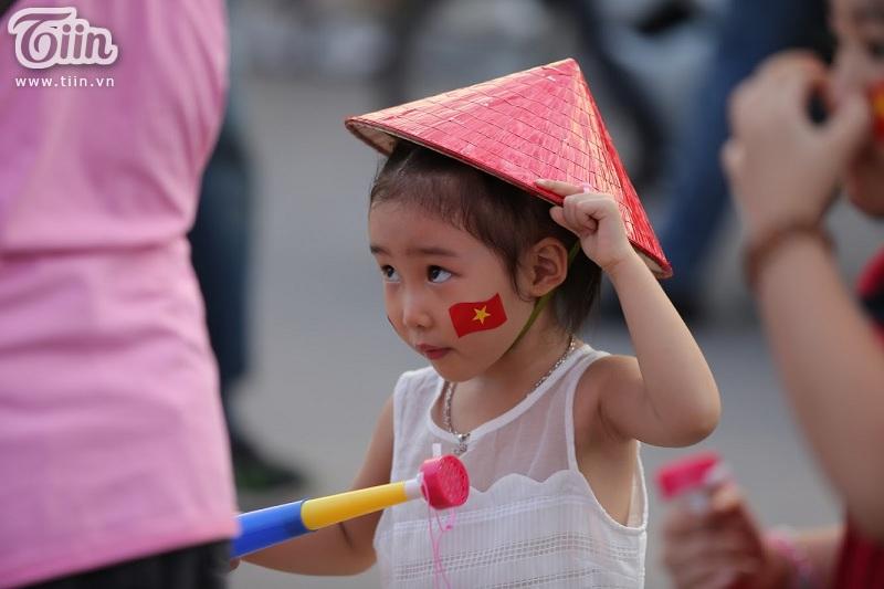 Đã có rất nhiều fan nhí đáng yêu đến SVĐ Mỹ Đình từ sớm để cổ vũ cho ĐT Việt Nam