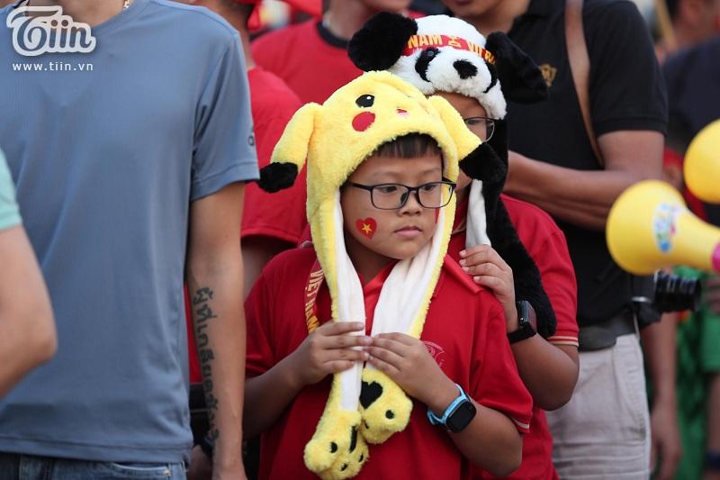 Đi xem bóng đá nhưng các em cũng không quên mang theo đồ dùng cute