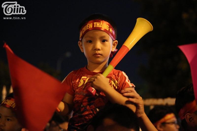 Nhưng với tình yêu cháy bỏng dành cho các cầu thủ Việt Nam, nhiều fan nhí vẫn không ngại xếp hàng