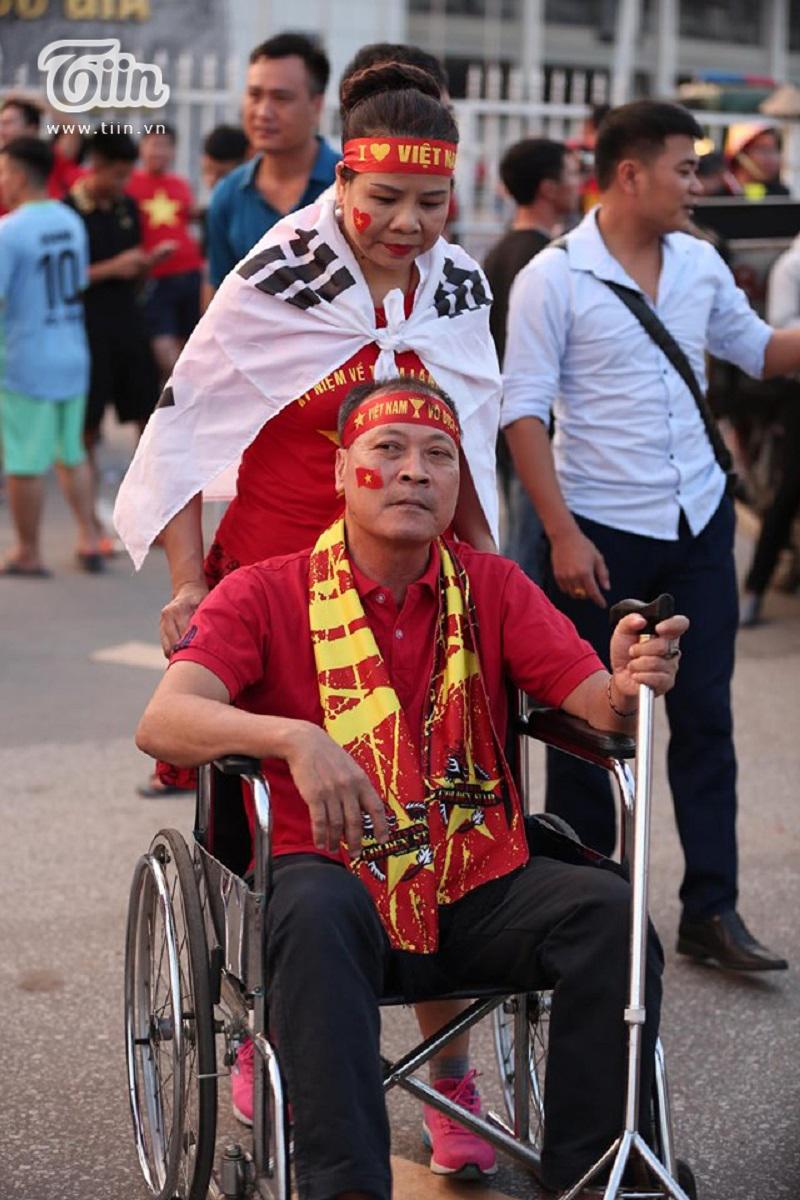 Dù phải ngồi xe lăn nhưng đôi vợ chồng này vẫn quyết tâm đến tận nơi để xem trận đấu