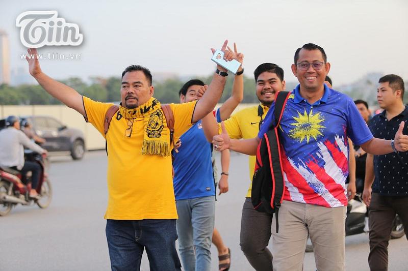 Các cổ động viên Malaysia cũng có mặt từ rất sớm