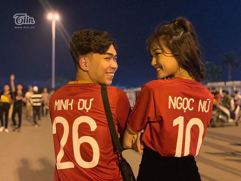 Thậm chí cặp đôi còn mặc áo bóng đá in tên của mình