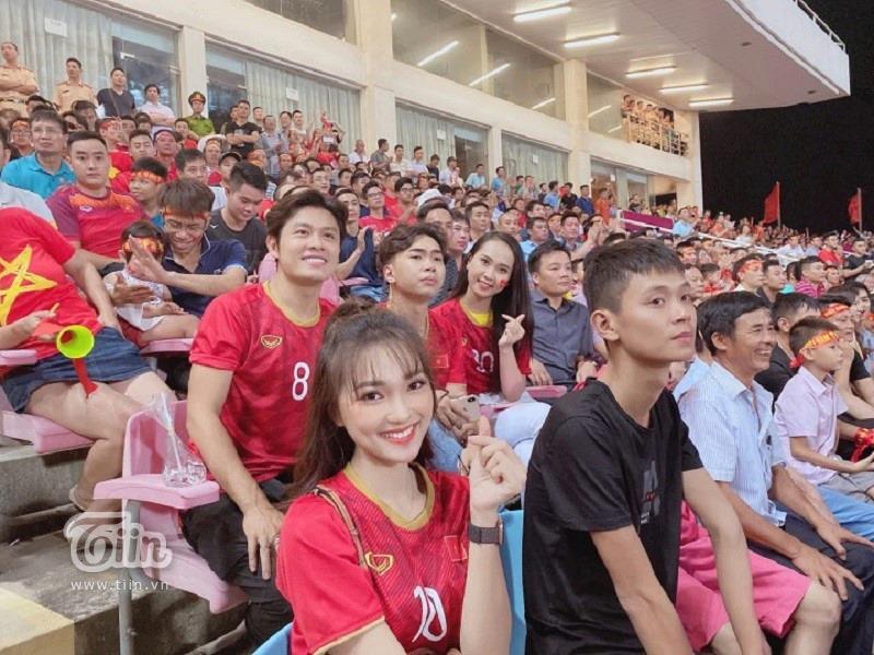 Minh Dự, Ngọc Nữ sánh đôi đến sân Mỹ Đình cổ vũ cho đội tuyển Việt Nam 5