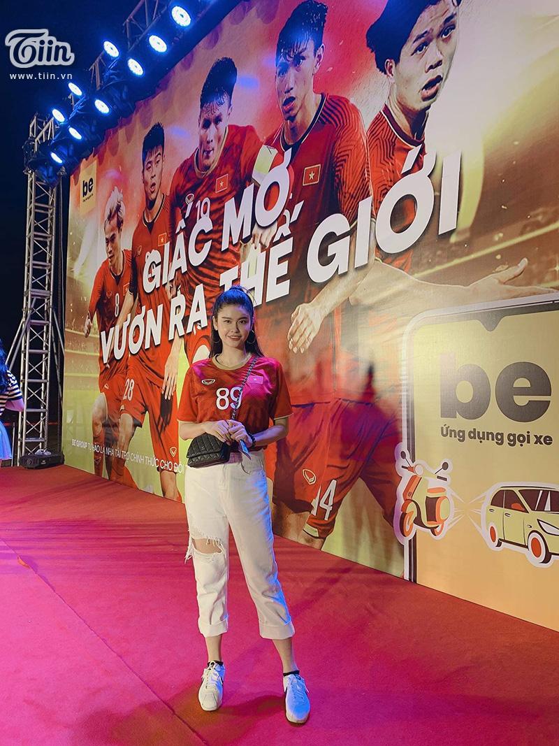 Trương Quỳnh Anh tươi tắn đi cổ vũ đội tuyển Việt Nam