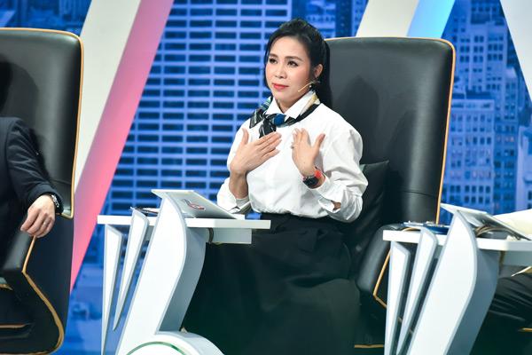 Câu chuyện của Ý Nhi chạm đến trái tim của các sếp. Khi nghe các chia sẻ của cô gái trẻ này, doanh nhân LưuNga hào hứng: 'Em đáng yêu đến mức chị quên mất chị định hỏi gì rồi. Em rất giống Hoa hậu Đặng Thu Thảo'.