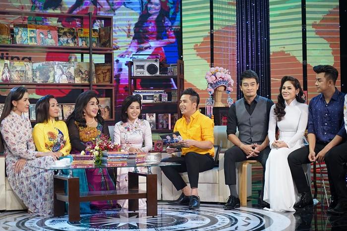 Nữ diễn viên cùng các nghệ sĩ Việt đã có khoảng thời gian trò chuyện vui vẻ với nhau và cùng nghe NSND Lệ Thủy kể chuyện về sự nghiệp của mình cũng như dặn dò tới các sao trẻ