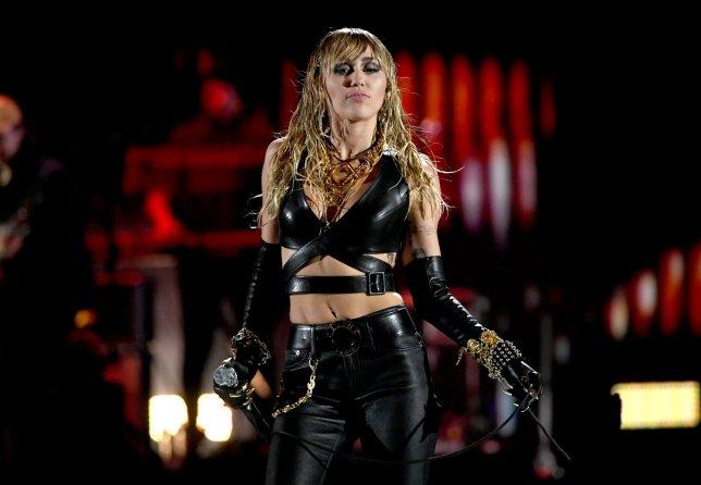 Nhưng thật sự may mắn khi Miley đã có những trợ lý hết sức cảnh giác vàquan tâm cô từng chút