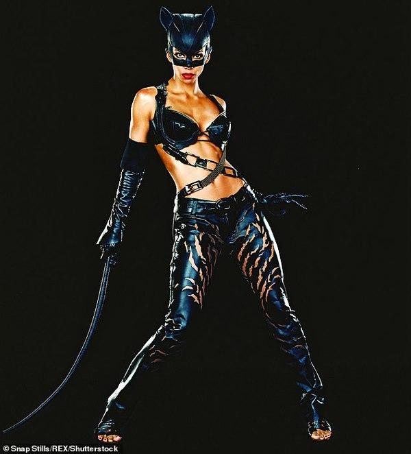 Halle Berry trong vai Catwoman năm 2004. Nữ diễn viên đã bị nhận giải Mâm xôi vàng cho vai diễn này.