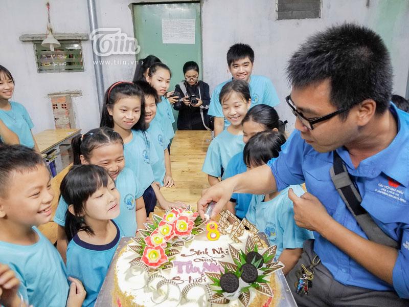 …khi ê-kíp Tiin.vn bất ngờ tổ chức sinh nhật cho tất cả các bé.