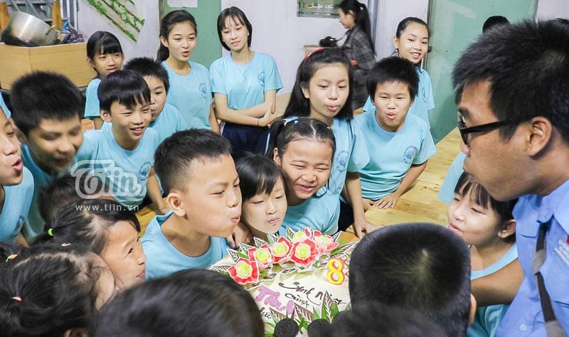 Hào hứng cùng nhau thổi nến sinh nhật