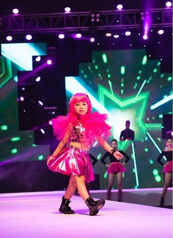 Mới đây, trong show diễn thời trang Pink Journey của NTK Phương Hồ, khán giả đều rất ấn tượng với mẫu nhíVõ Ngọc Đồng Ngân. Với thần thái và những bước catwalk chuyên nghiệp, Đồng Ngân đã chiếm trọn spotlight trong vị trí first face của BST Candy.