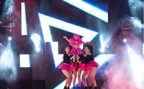Trước đó,trên sàn diễnPINK JOURNEY 1vàVietnam Junior Fashion Weekcủa Siêu mẫu Xuân Lan, Đồng Ngân đã ghi dấu ấn trong lòng khán giả bằng hình ảnh của một cô bé đáng yêu. Cho đến show diễn lần này, khán giả đã được chứng kiến sự trưởng thành của cô bé một cách rõ rệt.