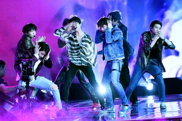 Tiết lộ gây sốc: Vừa xuống sân khấu là BTS phải vớ ngay mặt nạ oxy vì kiệt sức, không thở nổi 0