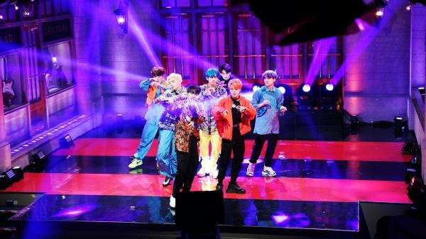 Tiết lộ gây sốc: Vừa xuống sân khấu là BTS phải vớ ngay mặt nạ oxy vì kiệt sức, không thở nổi 1