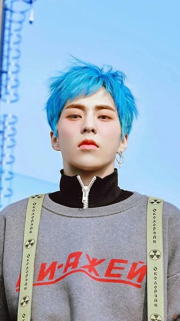 Màu xanh 'khó tính' là vậy nhưng 'maknae giả' EXO vẫn diện đẹp ngon lành khiến người hâm mộ không khỏi 'nở mũi'. Xiumin là thành viên chịu khó thử sức rất nhiều màu tóc lạ và màu nào cũng tôn lên vẻ đẹp của anh.