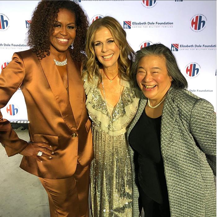 Cựu đệ nhất phu nhân Mỹ Michele Obama diện trang phục của NTK Công Trí 3