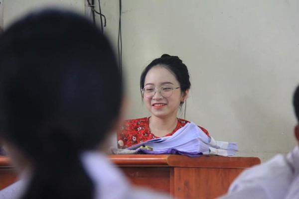 Cô giáokhi cười và giảng bài cho học sinh cũng đáng yêu lắm!