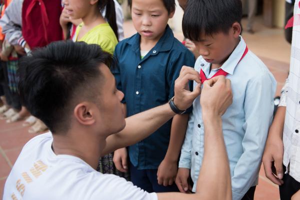 Quán quân Phạm Đình Lĩnh cùng dàn 'nam thần' Mister Việt Nam ân cần, gần gũi chăm sóc trẻ vùng cao 2