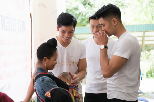 Quán quân Phạm Đình Lĩnh cùng dàn 'nam thần' Mister Việt Nam ân cần, gần gũi chăm sóc trẻ vùng cao 4