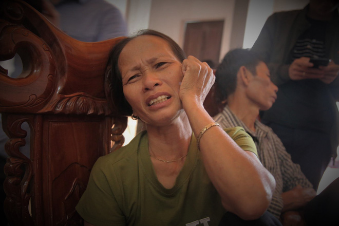 Nhiều người thân đau đớn, khóc cạn nước mắt dù chưa có thông tin nào xác nhận người thân họ là 1 trong số 39 người chết ở Anh.