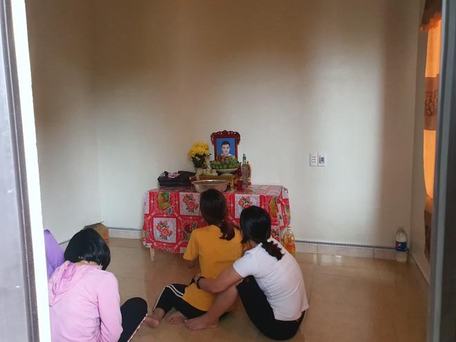 Gia đình nạn nhân Nguyễn Đình Tứ (trú xã Đô Thành, Yên Thành, Nghệ An) đã lập bàn thờ vọng vì nghĩ con mình đã chết trong số 39 người ở Anh.