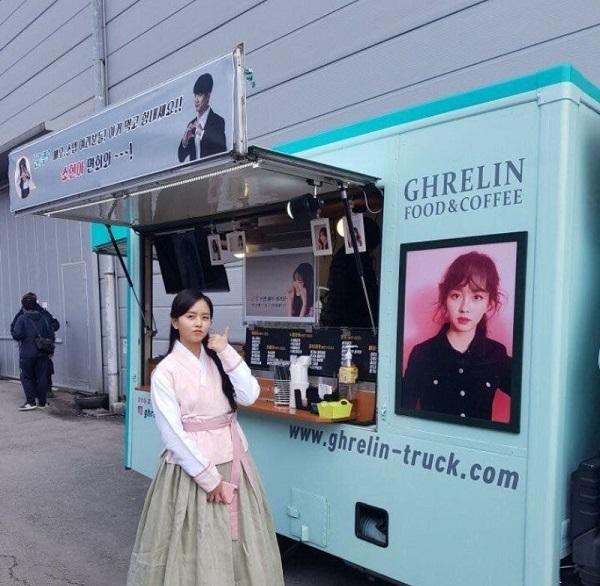 Taecyeon gửi xe tải café đến phim trường 'Mặt Nạ Quân Chủ'.